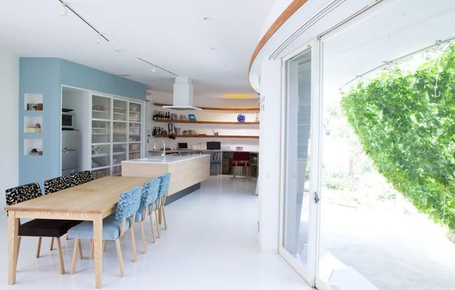 Ngôi nhà vườn hình thuyền độc đáo với điểm nhấn từ giàn cây leo xanh tươi mát mắt ở Nhật Bản - Ảnh 9.