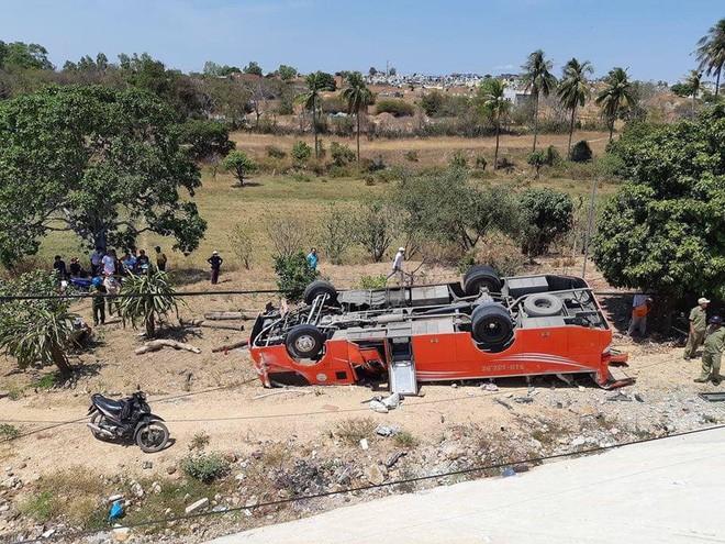 Tài xế xe khách rơi xuống vực khiến nhiều người nước ngoài nhập viện ở Phan Thiết đã tử vong - Ảnh 2.