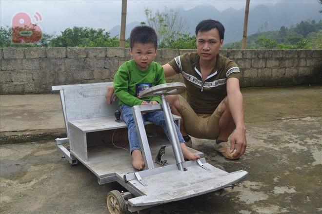 Chiếc ô tô điện không đứa trẻ nào có: Món quà người đàn ông Nghệ An dành cho con  - Ảnh 1.