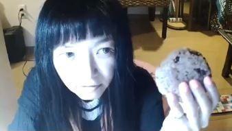 Đang livestream bình thường, cô gái đột nhiên đòi ăn nắm cơm to bằng nắm đấm, 3 phút sau bi kịch xảy ra - Ảnh 1.