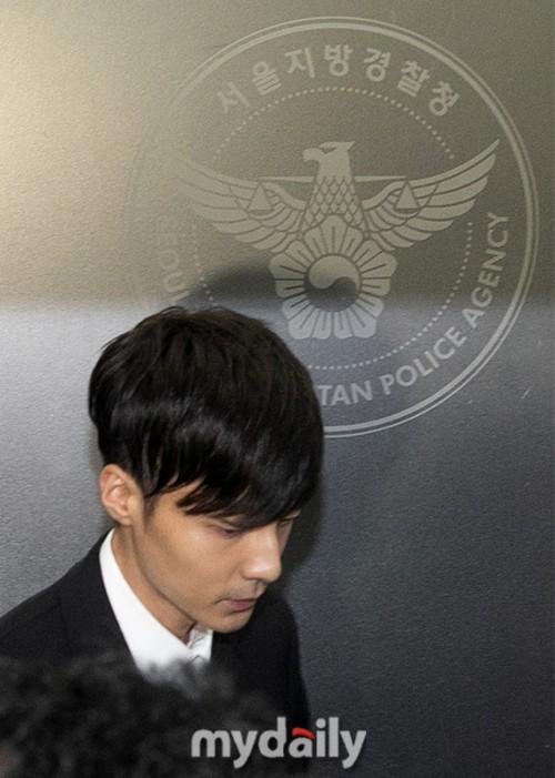 Hoàng tử sơn ca chính thức trình diện cảnh sát vì tội quay clip sex: Mặt hốc hác, phóng viên đông đến ngỡ ngàng - Ảnh 14.