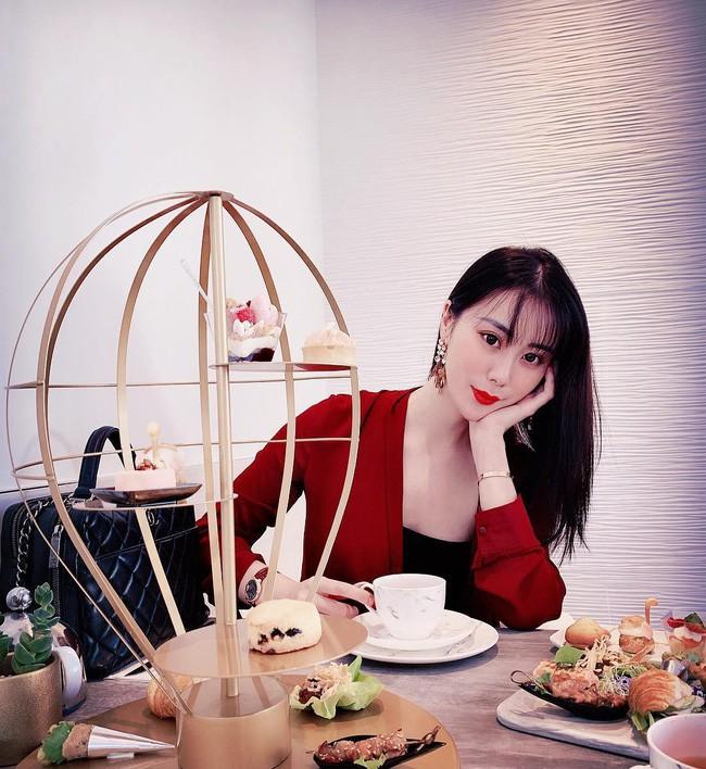 Cuộc sống xa hoa của tiểu thư có chiếc cằm đẹp nhất Trung Quốc: Bố mẹ cho chục tỷ mỗi tháng để tiêu xài, muốn xuất bản hẳn cuốn tạp chí về cách sống sang chảnh - Ảnh 5.