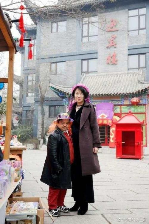 Diễn viên lùn nhất Trung Quốc: Chỉ cao 1m2 nhưng đào hoa, lấy tới 4 vợ trẻ đẹp - Ảnh 6.