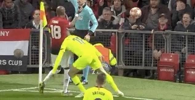 Hài hước trướ màn kịch vụng về của cầu thủ Barcelona: Tự lao đầu vào đối thủ rồi... kêu đau - Ảnh 1.