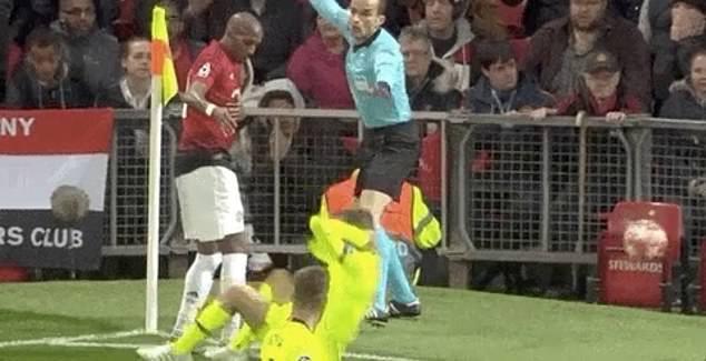 Hài hước trướ màn kịch vụng về của cầu thủ Barcelona: Tự lao đầu vào đối thủ rồi... kêu đau - Ảnh 2.