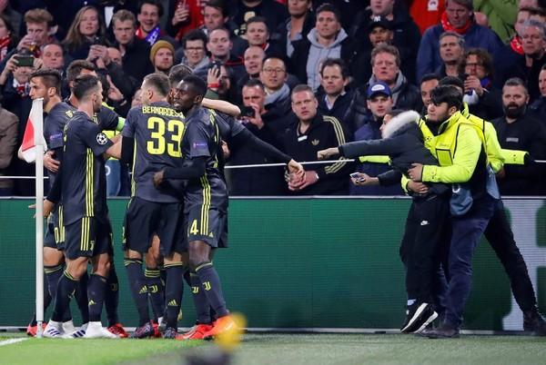 Bị CĐV Ajax ném cốc vào người, Ronaldo có hành động đáp trả đầy bất ngờ - Ảnh 1.