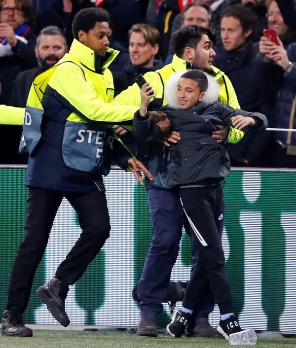 Bị CĐV Ajax ném cốc vào người, Ronaldo có hành động đáp trả đầy bất ngờ - Ảnh 2.