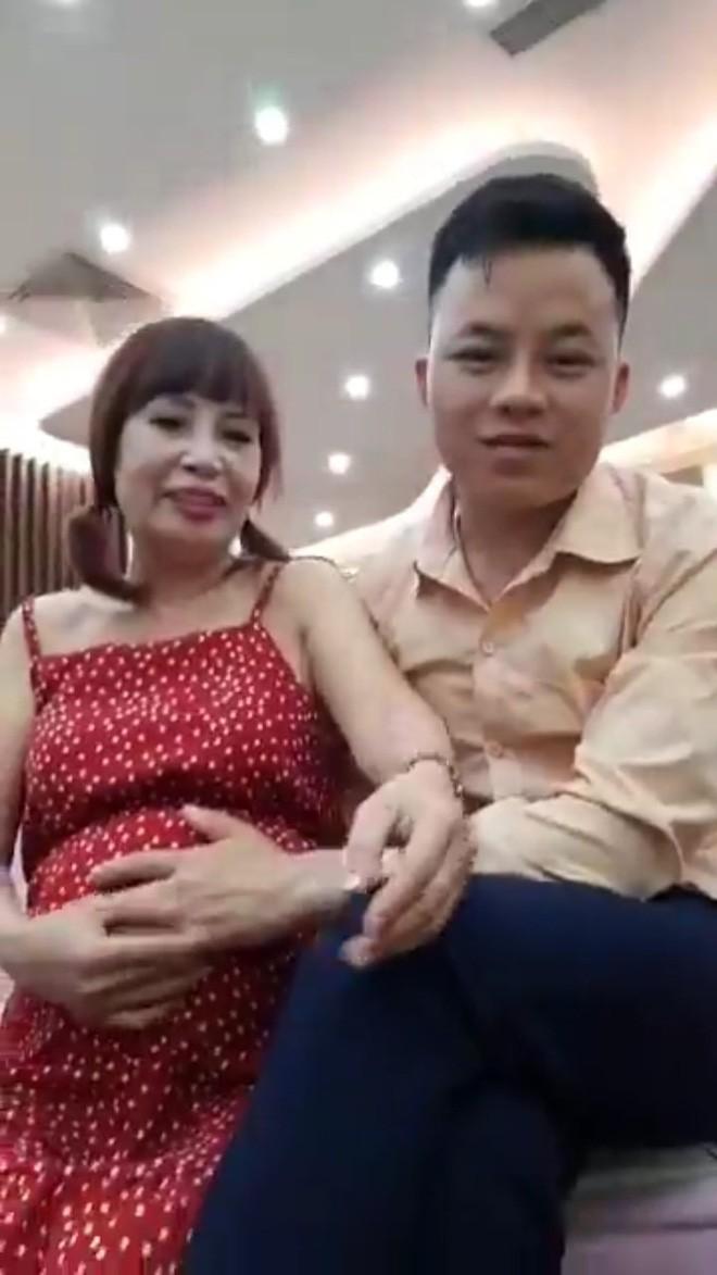 Cô dâu 62 tuổi xuất hiện với bụng bầu vượt mặt, chính thức trả lời về thông tin mang thai với chồng trẻ - Ảnh 3.