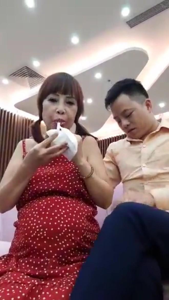 Cô dâu 62 tuổi xuất hiện với bụng bầu vượt mặt, chính thức trả lời về thông tin mang thai với chồng trẻ - Ảnh 4.