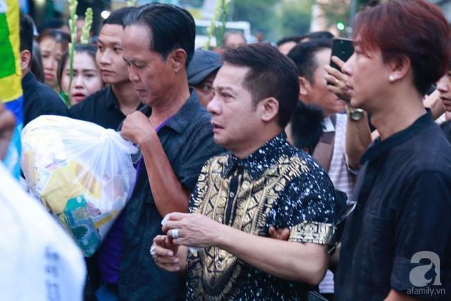 Nghệ sĩ Minh Nhí òa khóc nức nở phải có người dìu đi trong lễ động quan nghệ sĩ Anh Vũ - Ảnh 1.