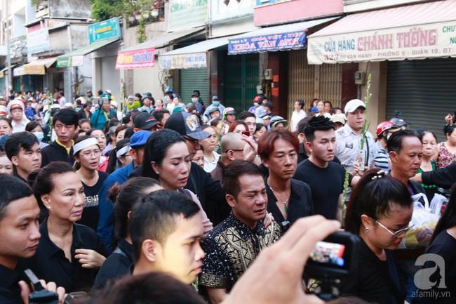 Nghệ sĩ Minh Nhí òa khóc nức nở phải có người dìu đi trong lễ động quan nghệ sĩ Anh Vũ - Ảnh 2.