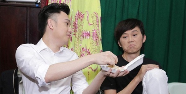 Anh em Hoài Linh - Dương Triệu Vũ: Người sống bình dị giản đơn, kẻ sống nhà sang, mua sắm hàng hiệu - Ảnh 1.