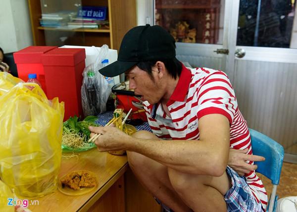 Anh em Hoài Linh - Dương Triệu Vũ: Người sống bình dị giản đơn, kẻ sống nhà sang, mua sắm hàng hiệu - Ảnh 2.