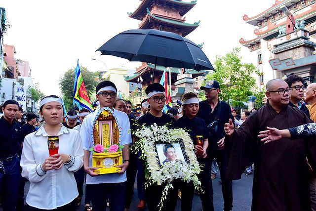Phẫn nộ hình ảnh leo cây, đu cột livestream lễ tang Anh Vũ - Ảnh 2.