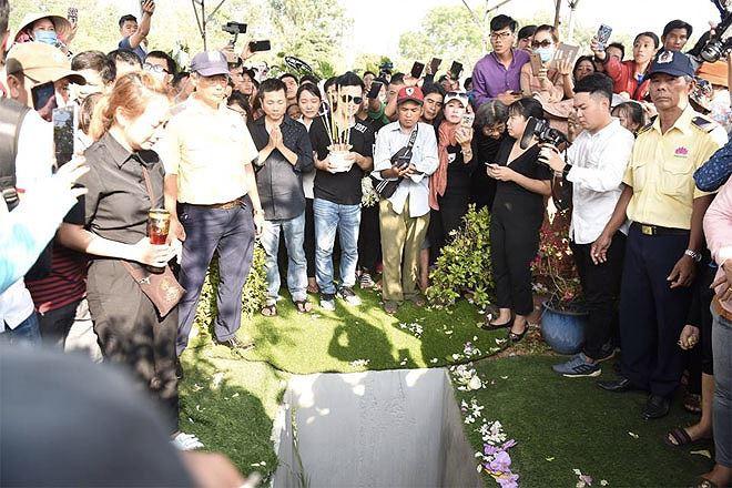 Phẫn nộ hình ảnh leo cây, đu cột livestream lễ tang Anh Vũ - Ảnh 11.