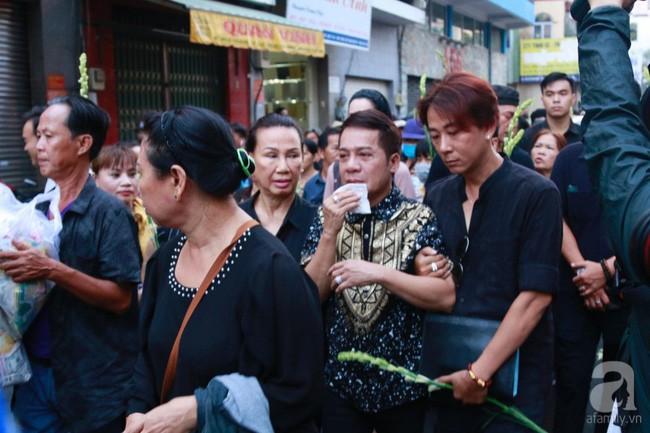 Nghệ sĩ Minh Nhí òa khóc nức nở phải có người dìu đi trong lễ động quan nghệ sĩ Anh Vũ - Ảnh 3.