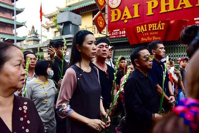 Phẫn nộ hình ảnh leo cây, đu cột livestream lễ tang Anh Vũ - Ảnh 3.