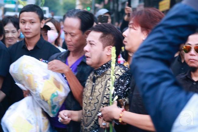 Nghệ sĩ Minh Nhí òa khóc nức nở phải có người dìu đi trong lễ động quan nghệ sĩ Anh Vũ - Ảnh 4.