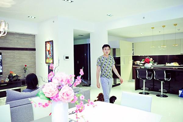 Anh em Hoài Linh - Dương Triệu Vũ: Người sống bình dị giản đơn, kẻ sống nhà sang, mua sắm hàng hiệu - Ảnh 6.