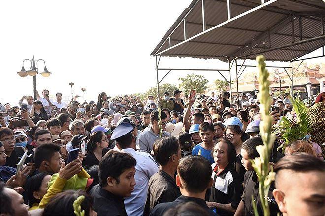 Phẫn nộ hình ảnh leo cây, đu cột livestream lễ tang Anh Vũ - Ảnh 5.