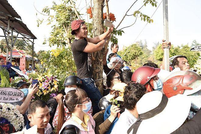 Phẫn nộ hình ảnh leo cây, đu cột livestream lễ tang Anh Vũ - Ảnh 7.