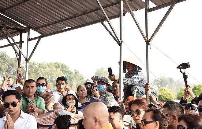 Phẫn nộ hình ảnh leo cây, đu cột livestream lễ tang Anh Vũ - Ảnh 8.