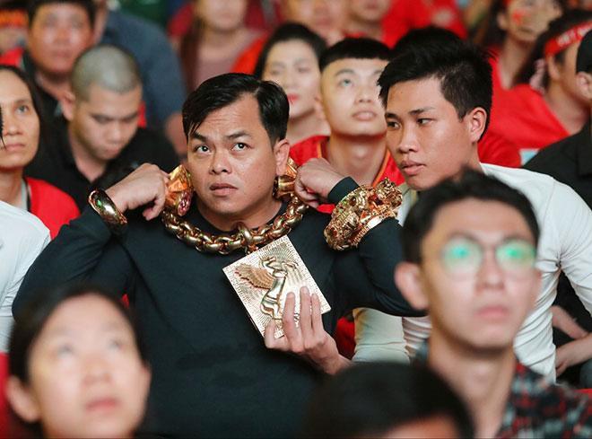Bóc khối lượng vàng giả được đeo trên người Phúc XO, khủng nhất là vòng cổ chỉ đeo được 5 phút  - Ảnh 4.