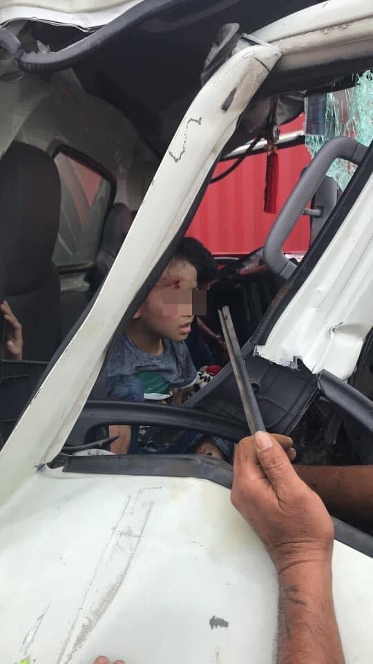 Xe container được móc cáp kéo giật ra ngoài, cậu bé trong cabin ngồi dậy khiến tất cả mừng rỡ - Ảnh 2.