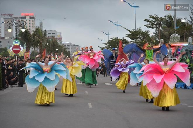 Nóng bỏng mắt màn trình diễn múa Carnival đường phố của các vũ công ngoại quốc tại Sầm Sơn - Ảnh 12.
