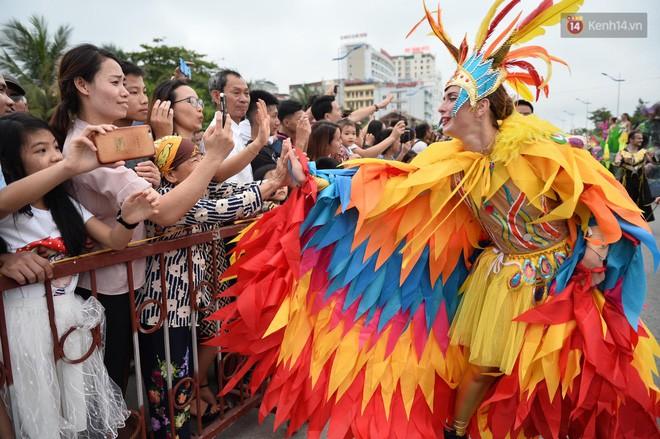 Nóng bỏng mắt màn trình diễn múa Carnival đường phố của các vũ công ngoại quốc tại Sầm Sơn - Ảnh 11.
