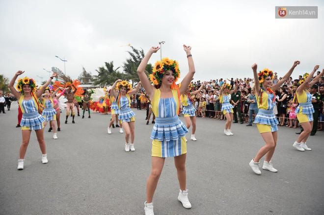 Nóng bỏng mắt màn trình diễn múa Carnival đường phố của các vũ công ngoại quốc tại Sầm Sơn - Ảnh 10.