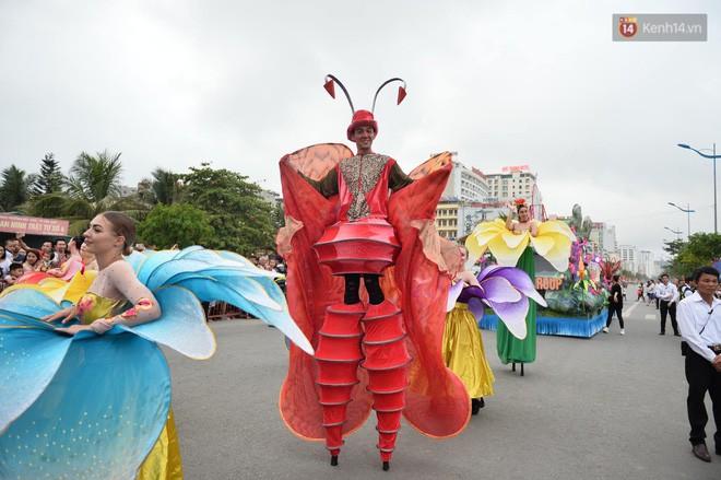 Nóng bỏng mắt màn trình diễn múa Carnival đường phố của các vũ công ngoại quốc tại Sầm Sơn - Ảnh 9.