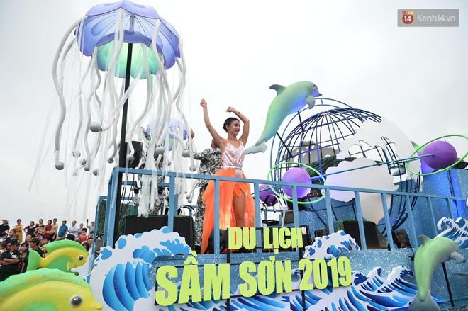 Nóng bỏng mắt màn trình diễn múa Carnival đường phố của các vũ công ngoại quốc tại Sầm Sơn - Ảnh 1.