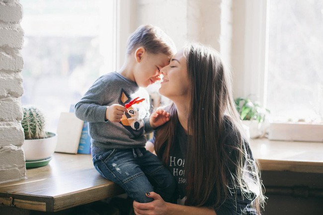 Nói chuyện về những vấn đề lớn, nhạy cảm với con, mẹ cần chuẩn bị sẵn sàng tâm lý, thời gian và nội dung. (Ảnh minh họa)