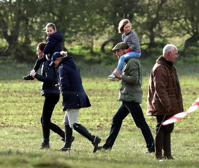 Công nương Kate cho con gái ngồi trên vai của mình trong khi Hoàng tử Willaim cõng cháu gái.