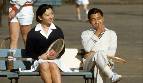 Chuyện tình của Nhật hoàng và Hoàng hậu bắt nguồn từ sân tennis. Ảnh: Sankei Archive.