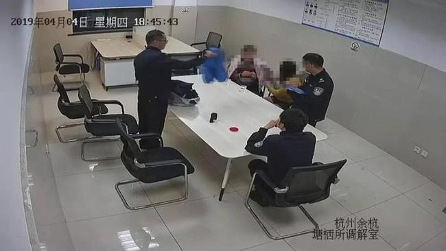 Cặp vợ chồng tại đồn cảnh sát.