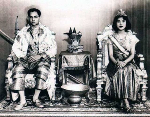 Đám cưới mang đậm chất hoàng cung của hai vợ chồng Quốc vương Bhumibol.