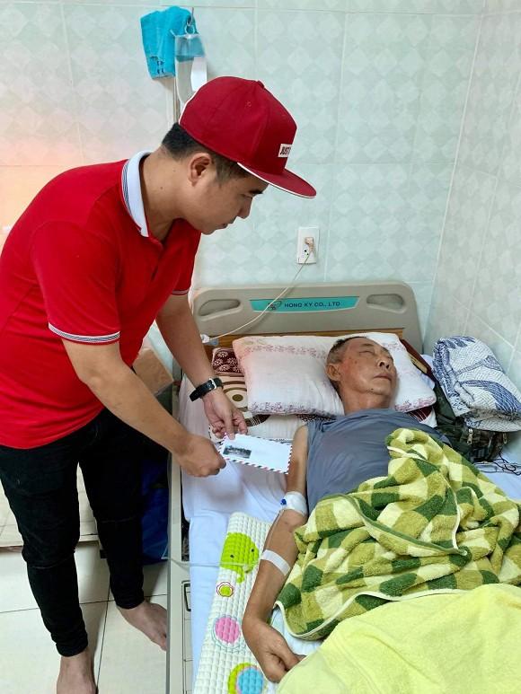 Xót xa hình ảnh nghệ sĩ Lê Bình sốt cao, mê man trên giường bệnh chống chọi ung thư - Ảnh 1.