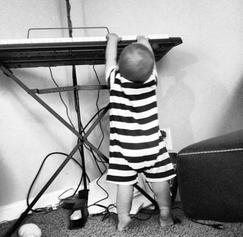 11 tháng tuổi, cậu bé mù đã biết tự đánh piano, 6 tuổi trình diễn trước công chúng - Ảnh 1.