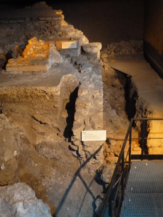 Một phần của thành lũy Gallo-Roman và các bến cảng thời Trung cổ của sông Seine.