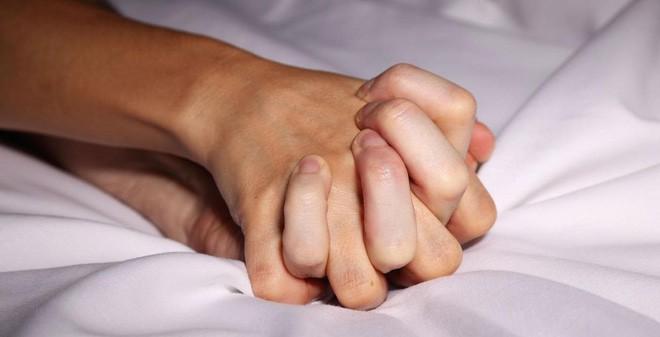 Chuyên gia cảnh báo: Đàn ông tăng khoái cảm cho phụ nữ theo cách này nguy hiểm khó lường,cườm ủi