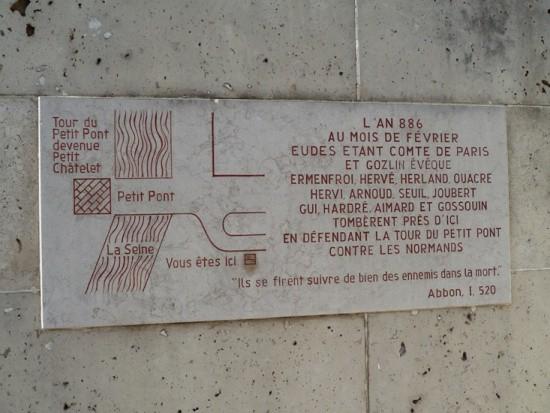 Một tấm biển ở lối vào đánh dấu trận chiến thế kỷ thứ 9 chống lại quân xâm lược để bảo vệ một trong những cây cầu khỏi người Norman.