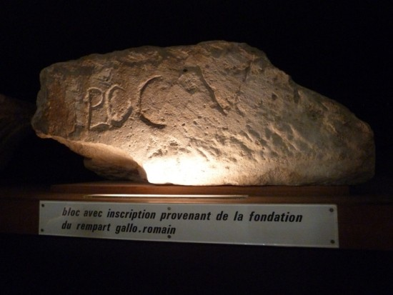 Một khối đá từ thành lũy thời La Mã.