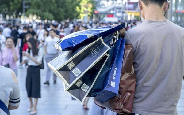 """Giới trẻ Trung Quốc đang phát cuồng với dịch vụ """"làm giả sự giàu có"""": Mất chỉ 20.000 đồng để """"sống ảo"""" với đồ hiệu, siêu xe - Ảnh 2."""