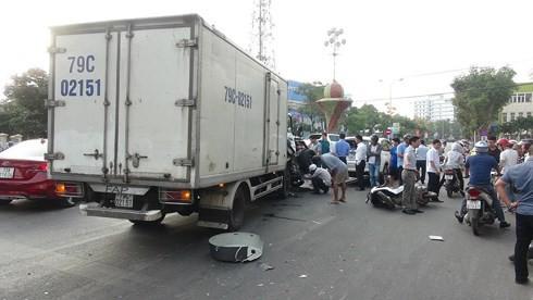 Quảng Bình: Xe tải đâm hàng loạt xe đang dừng đèn đỏ, nhiều người bị thương - Ảnh 1.