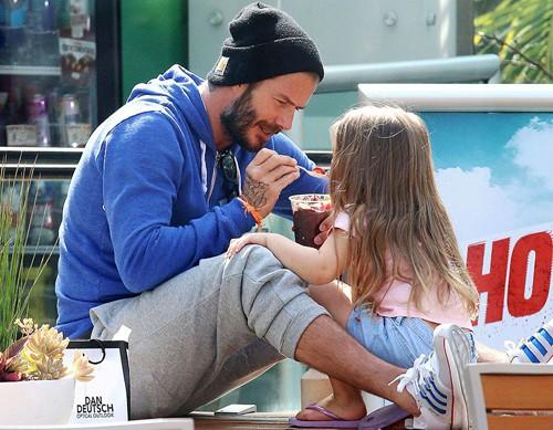 Tiểu công chúa Harper Beckham: Cuộc sống quý tộc phủ kín bằng tình thân và hàng hiệu của cô bé hạnh phúc nhất Hollywood - Ảnh 5.
