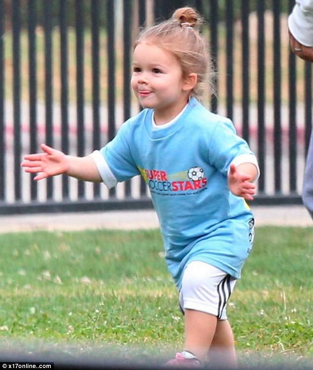 Tiểu công chúa Harper Beckham: Cuộc sống quý tộc phủ kín bằng tình thân và hàng hiệu của cô bé hạnh phúc nhất Hollywood - Ảnh 6.