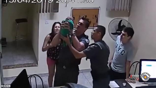 Con bị sặc sữa ngạt thở, cặp Vợ chồng đánh liều chạy vào đồn cảnh sát và cái kết kì diệu  - Ảnh 2.