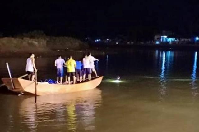 Cả nghìn người ra sông ngóng tin tìm kiếm 2 nam sinh đuối nước - ảnh 1